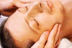 Bemannen Sie das Lügen, erhält Massage, reiki, Acupressure Stockbilder