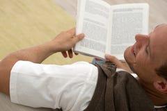 Bemannen Sie das Lesen eines guten Buches Stockbild