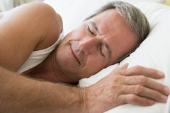 Bemannen Sie das Lügen beim Bettschlafen Lizenzfreie Stockfotos