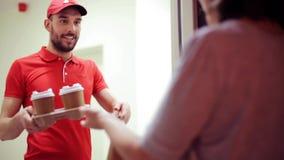 Bemannen Sie das Liefern des Kaffees und des Lebensmittels zum Kundenhaus stock video footage