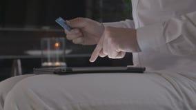 Bemannen Sie das on-line-Einkaufen auf Tablet-Computer und zahlt mit seiner Kreditkarte stock footage