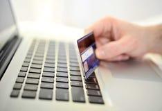 Bemannen Sie das on-line-Einkaufen und Bankwesen der Kreditkarte in der Hand halten Lizenzfreies Stockbild