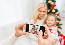 Bemannen Sie das Machen des Fotos seiner Familie durch smatrphone Lizenzfreie Stockfotos