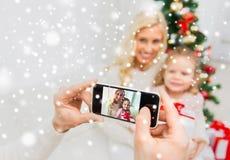 Bemannen Sie das Machen des Fotos seiner Familie durch smatrphone Lizenzfreies Stockbild
