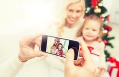 Bemannen Sie das Machen des Fotos seiner Familie durch smatrphone Lizenzfreie Stockfotografie