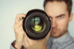 Bemannen Sie das Machen des Fotos von Ihnen mit mirrorless Kamera Stockfoto