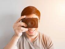 Bemannen Sie das Machen des Fotos von Ihnen mit mirrorless Kamera Lizenzfreies Stockbild
