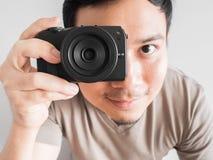 Bemannen Sie das Machen des Fotos von Ihnen mit mirrorless Kamera Lizenzfreie Stockfotos