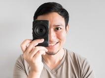 Bemannen Sie das Machen des Fotos von Ihnen mit mirrorless Kamera Stockfotografie