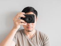 Bemannen Sie das Machen des Fotos von Ihnen mit mirrorless Kamera Stockfotos