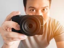 Bemannen Sie das Machen des Fotos von Ihnen mit mirrorless Kamera Lizenzfreies Stockfoto