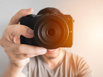 Bemannen Sie das Machen des Fotos von Ihnen mit mirrorless Kamera Stockbilder