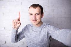 Bemannen Sie das Machen von selfie Foto oder das Notieren des neuen Videos für sein Blog Lizenzfreie Stockfotos