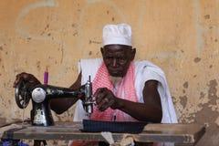 Bemannen Sie das Nähen auf einer Maschine, auf Markt Djenne, Mali Stockfotos
