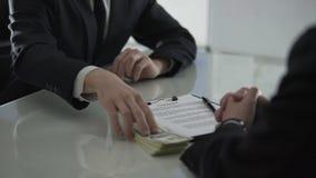 Bemannen Sie das Nehmen der großen Summe in bar und das Unterzeichnen des Vertrages, der Rechtsanwalt, der Zeuge besticht stock footage
