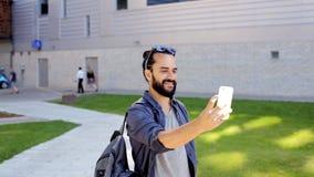 Bemannen Sie das Nehmen des Videos oder des selfie durch Smartphone in Stadt 33 stock video footage