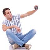 Bemannen Sie das Nehmen einer Abbildung von ihm von Selbst mit Telefon Stockfotografie