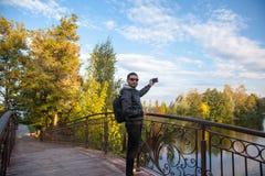 Bemannen Sie das Nehmen eines selfie in der Natur und das Lächeln Lizenzfreies Stockbild
