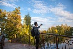 Bemannen Sie das Nehmen eines selfie in der Natur und das Lächeln Stockfotos
