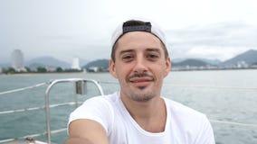 Bemannen Sie das Nehmen von selfie beim Genießen von Ferien auf einem Boot stock footage