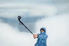 Bemannen Sie das Nehmen von selfie am Berg unter Verwendung der Aktionskamera Lizenzfreies Stockbild