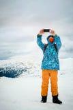 Bemannen Sie das Nehmen von selfie mit Smartphone auf Gebirgshintergrund Lizenzfreie Stockfotos