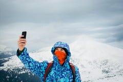 Bemannen Sie das Nehmen von selfie mit Smartphone auf Gebirgshintergrund Lizenzfreie Stockbilder