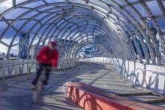 Bemannen Sie das Radfahren entlang die Webb-Brücke in Melbourne Stockfoto