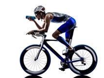 Bemannen Sie das radfahrende Trinken des Triathloneisenmannathleten-Radfahrers lizenzfreies stockfoto