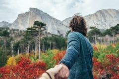 Bemannen Sie das Reisen in Herbstwald durch den Berg Stockbilder