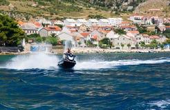 Bemannen Sie das Reiten eines Jet-Skis auf das Meer Lizenzfreie Stockfotografie