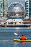Bemannen Sie das Rudern eines Kajaks in False Creek, Vancouver lizenzfreies stockbild