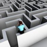 Bemannen Sie das Schauen in ein Labyrinth Lizenzfreies Stockfoto
