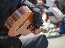 Bemannen Sie das Schaukeln der Gitarre an einem Straßenfest vor einer Leistung stockfoto