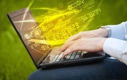 Bemannen Sie das Schreiben auf modernem Notizbuch mit dem Zahltechnologie-Datenkommen Stockfotografie