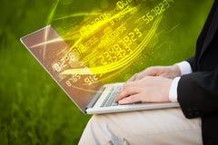 Bemannen Sie das Schreiben auf modernem Notizbuch mit dem Zahltechnologie-Datenkommen Lizenzfreie Stockfotos