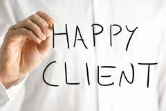 Bemannen Sie das Schreiben des glücklichen Kunden auf einem virtuellen Schirm Stockfoto