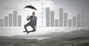 Bemannen Sie das Schwimmen mit Regenschirm und die Balkendiagramme über Naturlandschaft Lizenzfreie Stockfotos