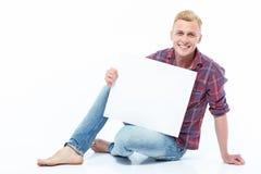 Bemannen Sie das Sitzen auf Boden mit Blatt Papier Stockbild