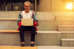Bemannen Sie das Sitzen an einem Laptop und schließen Sie Käufe ab Lizenzfreies Stockbild