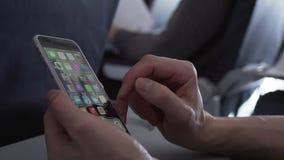 Bemannen Sie das Sitzen im Fliegenflugzeug- und Spaß Smartphonevorratgesamtlängenvideo stock footage