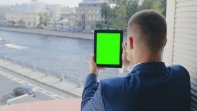 Bemannen Sie das Sitzen nahe offenem Fenster und aufpassenden Videos stock video footage