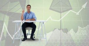 Bemannen Sie das Sitzen am Schreibtisch auf Collage des Diagramms und der Wolkenkratzer Lizenzfreie Stockfotos