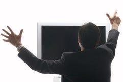 Bemannen Sie das Sitzen vor einem LCD - Fernsehzujubeln Stockfotos