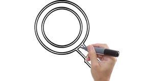 Bemannen Sie das Skizzieren des Vergrößerungsglases/der Lupe auf whiteboard Hintergrund stock video