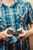 Bemannen Sie das Spielen auf dem Steuerknüppel in einer Spielkonsole Abschluss oben stockfotografie
