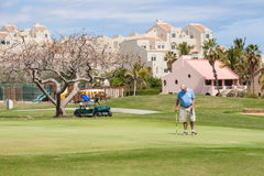 Bemannen Sie das Spielen des Golfs auf einem Yard in San Jose del Cabo stockbild