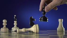 Bemannen Sie das Spielen des Schachs und die Shows die Hand von Schachfiguren