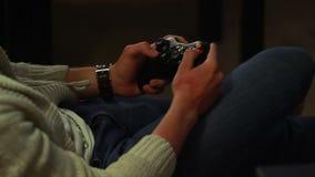 Bemannen Sie das Spielen des Videospiels, das Spaß, Steueraktionssteuerknüppel hat stock video footage
