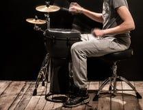Bemannen Sie das Spielen einer der djembe Trommel und Becken auf einem schwarzen Hintergrund Lizenzfreie Stockbilder